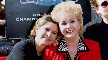 Carrie Fisher og Debbie Reynolds poserer på Walk of Fame.                       (Foto: Fred Prouser / Reuters)