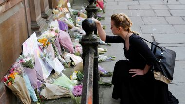 A woman lays flowers for the victims of the Manchester Arena attack, in central Manchester, Britain May 23, 2017.              (Foto: REUTERS/Darren Staples)