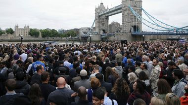 Britene samles i sorg ved  Tower Bridge i London.                       (Foto: Tom Jacobs/REUTERS)
