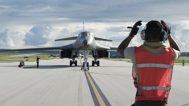 Strategiske bombefly av typen B-1 Lancer lander på Anderson Air Force Base i Guam.             (Foto: Scanpix)