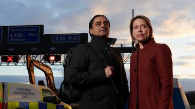 Sunny (Sanjeev Bhaskar) and Cassie (Nicola Walker) at the motorway                       (Foto: Des Willie)
