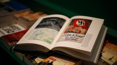 A copy of the book 'Hitler, Mein Kampf. A Critical Edition' lies on a display table in a bookshop in Munich, Germany January 8, 2016. For the first time since Adolf Hitler's death, Germany is publishing the Nazi leader's political treatise 'Mein Kampf' ('My Struggle') unleashing a highly charged row over whether the text is an inflammatory racist diatribe or a useful educational tool.  REUTERS/Michael Dalder  TPX IMAGES OF THE DAY                         (Foto: MICHAEL DALDER)