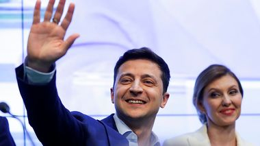 Ukrainian comedian and presidential candidate Volodymyr Zelenskiy, and his wife Olena Zelenska greet their supporters at his headquarters after the second round of presidential elections in Kiev, Ukraine, Sunday, April 21, 2019. Ukrainians voted on Sunday in a presidential runoff as the nation's incumbent leader struggles to fend off a strong challenge by a comedian who denounces corruption and plays the role of president in a TV sitcom. (AP Photo/Sergei Grits)                       (Foto: Sergei Grits)
