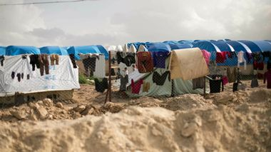 In this Sunday, March 31, 2019 photo, laundry dries on a chain link fence in an area for foreign families, at Al-Hol camp in Hassakeh province, Syria. An international aid group says it recorded 31 deaths in the final week of March among people making their way out of the last sliver of territory held by the Islamic State group and toward a camp for the displaced. The International Rescue Committee says Monday the highest weekly death rate reflects the desperate conditions of the mostly women and children who left the village of Baghouz for al-Hol camp. The IRC figures could not be independently confirmed. (AP Photo/Maya Alleruzzo) In this Sunday, March 31, 2019 photo, laundry dries on a chain link fence in an area for foreign families, at Al-Hol camp in Hassakeh province, Syria... Credit:AP                      (Foto: MAYA ALLERUZZO AP Photo/Maya Alleruzzo)
