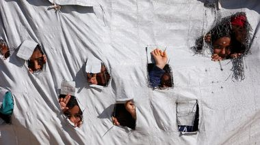 Children look through holes in a tent at al-Hol displacement camp in Hasaka governorate, Syria April 2, 2019. Picture taken April 2, 2019. REUTERS/Ali Hashisho                       (Foto: ALI HASHISHO)