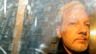 FILE - In this Wednesday May 1, 2019 file photo, buildings are reflected in the window as WikiLeaks founder Julian Assange is taken from court, where he appeared on charges of jumping British bail seven years ago, in London. Swedish prosecutors plan to decide whether they will reopen a rape case against WikiLeaks founder Julian Assange. (AP Photo/Matt Dunham)                       (Foto: Matt Dunham)