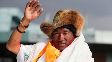 FILE - In this May 20, 2018, file photo, Nepalese veteran Sherpa guide, Kami Rita, 48, waves as he arrives in Kathmandu, Nepal. Rita has scaled Mount Everest for a 23rd time, breaking his own record for the most successful ascents of the world's highest peak. (AP Photo/Niranjan Shrestha, File)                       (Foto: Niranjan Shrestha)