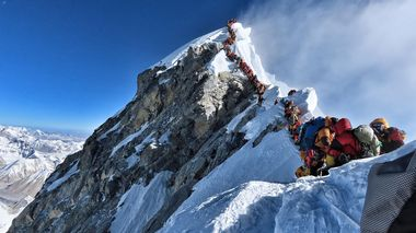 41 grupper med til sammen 378 klatrere fra hele verden har fått tillatelse til å bestige Mount Everest under årets klatresesong i april og mai. Dette har resultert i svært lange køer på vei opp mot toppen.                        (Foto: HANDOUT/AFP/PROJECT POSSIBLE)