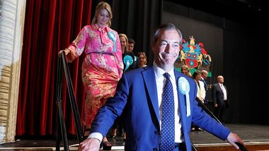 Brexit Party leader Nigel Farage walks off the stage after results were announced at the counting center for the European Elections for the South East England region, in Southampton, England, early Monday, May 27, 2019. (AP Photo/Alastair Grant)                      (Foto: Alastair Grant)
