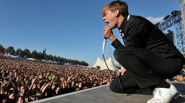 Lead singer Pelle Almqvist of Swedish rock band The Hives performs on the main stage during the first day of the 33rd Paleo Festival, in Nyon, Switzerland, Tuesday, July 22, 2008. The Paleo open-air music festival, the largest in Switzerland, with 225,000 spectators in six days, runs from 23 to 28 July. (AP Photo/Keystone, Laurent Gillieron) The Hives                       (Foto: Laurent Gillieron)