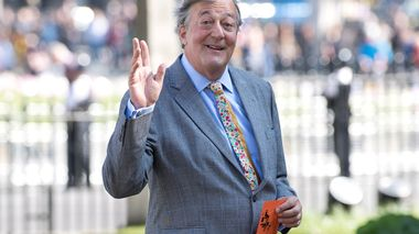 FILE PHOTO: Actor Stephen Fry arrives for a Service of Thanksgiving for the life and work of Lord Snowdon at Westminster Abbey in London, Britain April 7, 2017.  REUTERS/Justin Tallis/Pool/File Photo                       (Foto: POOL)