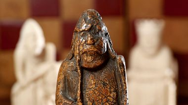 This image made available by Sotheby's on Monday June 3, 2019, shows a newly discovered Lewis Chessman on display at Sotheby's in London. The medieval chess piece purchased for five pounds by an antiques dealer in Scotland in 1964 has been found to be one of the famous medieval Lewis Chessmen and is expected to bring more than 600,000 pounds when auctioned by SothebyÄôs on July 2. (Tristan Fewings/Sotheby's via AP)                       (Foto: Tristan Fewings)