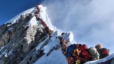In this photo made on May 22, 2019, a long queue of mountain climbers line a path on Mount Everest. About half a dozen climbers died on Everest last week most while descending from the congested summit during only a few windows of good weather each May. (Nirmal Purja/@Nimsdai Project Possible via AP)                       (Foto: Nirmal Purja)