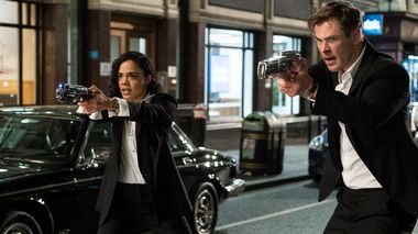 Kvinne i skuddet:   Chris Hemsworth og Tessa Thompson som den nye duoen i svart og hvitt i «Men in Black: International».                       (Foto: SF Studios/Sony Pictures)