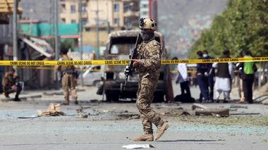 Security personnel guard the site of an attack that targeted a bus carrying government employees in Kabul, Afghanistan, Monday, June 3, 2019. Afghan officials say a sticky bomb attached to a bus detonated in the capital. Wahidullah Mayar, spokesman for the public health ministry, said five people were killed and 10 wounded in initial casualty reports and could rise. (AP Photo/Rahmat Gul)                       (Foto: Rahmat Gul / AP / NTB Scanpix)