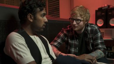 Popmirakel: Himesh Patel blir større enn Ed Sheeran ved å late som han har skrevet sangene til The Beatles i «Yesterday».                       (Foto: United International Pictures)