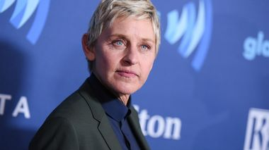 FILE - In this March 21, 2015, file photo, Ellen DeGeneres arrives at the 26th Annual GLAAD Media Awards held at the Beverly Hilton Hotel, in Beverly Hills, Calif. On the Feb. 23, 2017, episode of her chat show, DeGeneres handed out four-year scholarships paid for by Wal-Mart to the entire senior class of a New York City charter school. (Photo by Richard Shotwell/Invision/AP, File)                      (Foto: Richard Shotwell)