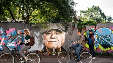 Flowers, beers and cards are laid in front of the portrait painted on the fence towards Christiania in honor of the Danes' national singer Kim Larsen, 72, who died on September 30, 2018, on Princess Street in Copenhagen, Denmark October 1, 2018.  Ritzau Scanpix/Martin Sylvest via REUTERS    ATTENTION EDITORS - THIS IMAGE WAS PROVIDED BY A THIRD PARTY. DENMARK OUT. NO COMMERCIAL OR EDITORIAL SALES IN DENMARK.                       (Foto: Ritzau Scanpix Denmark)