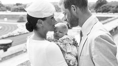 This is an official christening photo released by the Duke and Duchess of Sussex on Saturday, July 6, 2019, showing Britain's Prince Harry, right and Meghan, the Duchess of Sussex with their son  Archie Harrison Mountbatten-Windsor at Windsor Castle with with the Rose Garden in the background, in Windsor, England. (Chris Allerton/©SussexRoyal via AP)                      (Foto: Chris Allerton/)