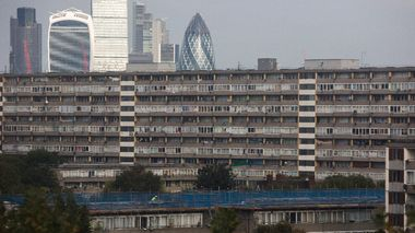 The City of London skyline is seen behind a view of the Aylesbury Estate in south London, Britain October 15, 2015. In the past decade, 50 social housing estates with 30,000 homes have been regenerated across London. The total number of homes on those locations has doubled, but with a net loss of 8,000 homes available for the lowest social rents. Supporters say regeneration schemes create more and better homes in a city facing a housing shortage and eye-watering property prices. Objectors say they lead to social cleansing, with poor Londoners priced out as neighbourhoods go upmarket. REUTERS/Neil Hall                       (Foto: NEIL HALL)