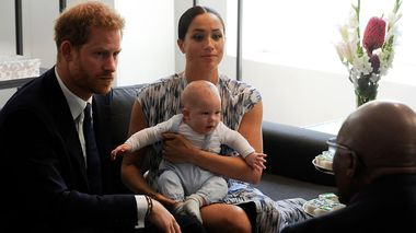 Britain's Prince Harry and Meghan, Duchess of Sussex, holding their son Archie, meet with Anglican Archbishop Emeritus, Desmond Tutu in Cape Town, South Africa, Wednesday Sept. 25, 2019. The royal couple are on the third day of their African tour. (Henk Kruger/African News Agency via AP, Pool)                       (Foto: Henk Kruger)