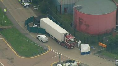 An aerial view as police forensic officers attend the scene after a truck was found to contain a large number of dead bodies, in Thurock, South England, early Wednesday Oct. 23, 2019. Police in southeastern England said that 39 people were found dead Wednesday inside a truck container believed to have come from Bulgaria. (UK Pool via AP)                      (Foto: UK Pool)