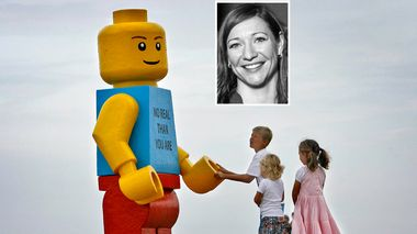 Children play near a giant smiling Lego man that was fished out of the sea in the Dutch resort of Zandvoort August 7, 2007. Workers at a drinks stall rescued the 2.5-metre (8-foot) tall model with a yellow head and blue torso. The toy was later placed in front of the drinks stall. REUTERS/Marco de Swart (NETHERLANDS)                       (Foto: PAUL VREEKER)