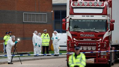 Police are seen at the scene where bodies were discovered in a lorry container, in Grays, Essex, Britain October 23, 2019.  REUTERS/Peter Nicholls                      (Foto: PETER NICHOLLS)