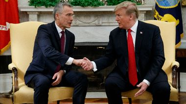 President Donald Trump shakes hands with with NATO Secretary General Jens Stoltenberg during a meeting in the Oval Office of the White House, Tuesday, April 2, 2019, in Washington. (AP Photo/Evan Vucci)                       (Foto: Evan Vucci)