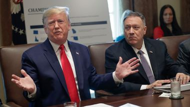 President Donald Trump, left, speaks during a Cabinet Meeting in the Cabinet Room of the White House, Monday, Oct. 21, 2019, in Washington, as Secretary of State Mike Pompeo listens. (AP Photo/Pablo Martinez Monsivais)                       (Foto: Pablo Martinez Monsivais)