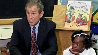 Republican presidential nominee and Texas Governor George W. Bush sits with six-year-old Kadeja McElmuray in class during a campaign stop August 22, 2000 at a Peoria, Illinois public school. Bush is concentrating on his education message during stops in Illinois and Missouri.    REUTERS/Jeff Mitchell                       (Foto: JEFF MITCHELL)