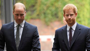 FILE  - In this Tuesday, Sept. 5, 2017 file photo, Britain's Prince William, the Duke of Cambridge, left, and Prince Harry arrive to visit the Support4Grenfell Community Hub in London. Britain's Queen Elizabeth II is set to hold face-to-face talks Monday, Jan. 13, 2020 with Prince Harry for the first time since he and his wife, Meghan, unveiled their controversial plan to walk away from royal roles  at a dramatic family summit meant to chart a future course for the couple. The meeting at the monarch's private Sandringham estate in eastern England will also include Harry's father Prince Charles and his brother Prince William. (Toby Melville/ Pool via AP, File)                      (Foto: Toby Melville)