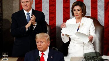 House Speaker Nancy Pelosi of Calif., tears her copy of President Donald Trump's s State of the Union address after he delivered it to a joint session of Congress on Capitol Hill in Washington, Tuesday, Feb. 4, 2020. Vice President Mike Pence is at left. (AP Photo/Patrick Semansky)                       (Foto: Patrick Semansky)