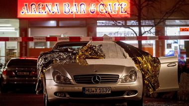 A car covered with rescue blankets stands in front of a bar in Hanau, Germany, Thursday, Feb. 20, 2020. German police say several people were shot to death in the city of Hanau on Wednesday evening. (AP Photo/Michael Probst)                      (Foto: Michael Probst)