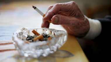Gammel mann røyker. Sigarett. Røyk. Lungekreft. Livsstil. Usunn. Alderdom. Kreftfare. Askebeger. A senior is smoking a cigarette. Foto: Frank May / NTB scanpix NB! MODELLKLARERT                       (Foto: Frank May)