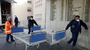 Personnel carry new beds inside the hospital of Codogno, near Lodi in Northern Italy, Friday, Feb. 21,2020. Health officials reported the country's first cases of contagion of COVID-19 in people who had not been in China. The hospital in Codogno is one of the hospitals - along with specialized Sacco Hospital in Milan - which is hosting the infected persons and the people that were in contact with them and are being isolated. (AP Photo/Luca Bruno)                      (Foto: Luca Bruno)