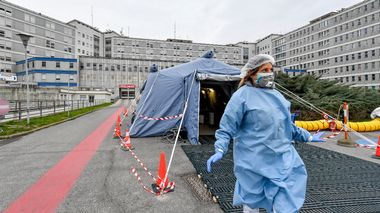FILE - In this Feb. 29, 2020 file photo, a paramedic walks out of a tent that was set up in front of the emergency ward of the Cremona hospital, northern Italy. Italian doctors celebrated one small victory in their battle against the coronavirus Monday after Patient No. 1, a 38-year-old named Mattia was moved out of intensive care. But in the rest of hard-hit northern Italy, the virus' spread was growing so exponentially that doctors spoke of choices war-time triage medics make in deciding who lives and who dies, and who get access to the limited number of ICU beds. (Claudio Furlan/Lapresse via AP, file)                       (Foto: Claudio Furlan)