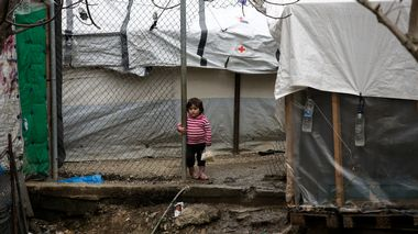 A girl stands among makeshift shelters at a camp for refugees and migrants next to the Moria camp, on the island of Lesbos, Greece, March 9, 2020. REUTERS/Elias Marcou Flyktningeleiren Moria                       (Foto: ELIAS MARCOU REUTERS/Elias Marcou)