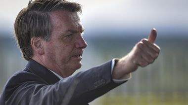 Brazil's President Jair Bolsonaro greets supporters and journalists as he arrives to give a news conference on the new coronavirus at Planalto presidential palace in Brasilia, Brazil, Friday, March 27, 2020. Even as coronavirus cases mount in Latin America's largest nation, Bolsonaro is calling the pandemic a momentary, minor problem and saying strong measures to contain it are unnecessary. (AP Photo/Andre Borges) Bolsonaro                      (Foto: Andre Borges Andre Borges / AP/ NTB scanpix)