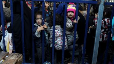 FILE PHOTO: Children stand next to a metal barrier as newly arrived refugees and migrants wait to be registered at the Moria camp, on the island of Lesbos, Greece, November 27, 2019. REUTERS/Elias Marcou/File Photo Moria                       (Foto: ELIAS MARCOU Scanpix)