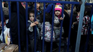 FILE PHOTO: Children stand next to a metal barrier as newly-arrived refugees and migrants wait to be registered at the Moria camp, on the island of Lesbos, Greece, November 27, 2019. REUTERS/Elias Marcou/File Photo                       (Foto: Elias Marcou)