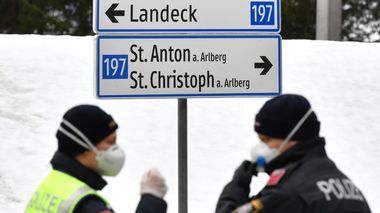 Police at a roadblock waiting for cars driving into and out of the village St. Anton, Austrian province of Tyrol, Saturday, March 14, 2020. Due to the Covid-19 virus, the towns of St. Anton am Arlberg and the Paznauntal area are isolated for 14 days. Only for most people, the new coronavirus causes only mild or moderate symptoms, such as fever and cough. For some, especially older adults and people with existing health problems, it can cause more severe illness, including pneumonia. (AP Photo/Kerstin Joensson)                      (Foto: Kerstin Joensson)