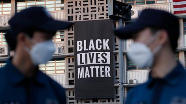 FILE - In this Sunday, June 14, 2020 file photo, police officers stand guard as a giant Black Lives Matter banner is displayed at the U.S. Embassy in Seoul, South Korea. The banner was put up on Saturday, June 13, with Ambassador Harry Harris tweeting that his embassy stands in solidarity with fellow Americans grieving and peacefully protesting to demand positive change. But the banner was taken out on Monday, June 15.(AP Photo/Lee Jin-man, File)                       (Foto: Lee Jin-man)