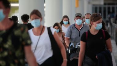 Passengers wearing face masks arrive at Son Sant Joan airport on the Spanish Balearic Island of Mallorca, Spain, Monday, July 27, 2020. Britain has put Spain back on its unsafe list and announced Saturday that travelers arriving in the U.K. from Spain must now quarantine for 14 days. (AP Photo/Joan Mateu)                       (Foto: Joan Mateu)