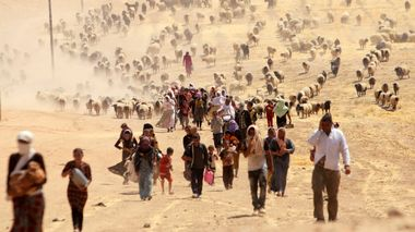 FILE PHOTO - Displaced people from the minority Yazidi sect, fleeing violence from forces loyal to the Islamic State in Sinjar town, walk towards the Syrian border, on the outskirts of Sinjar mountain, near the Syrian border town of Elierbeh of Al-Hasakah governorate, Iraq August 10, 2014. REUTERS/Rodi Said/File Photo                      (Foto: RODI SAID)