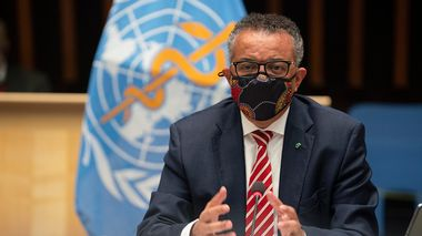 In this photo released by WHO, World Health Organisation on Monday, Oct. 5, 2020,  WHO Director-General, Dr Tedros Adhanom Ghebreyesus, wearing a mask to protect against coronavirus, gestures during a special session on the COVID-19 respnse. The head of emergencies at the World Health Organization says its best estimates indicate that roughly 1 in 10 people worldwide may have been infected by the coronavirus.  (Christopher Black/WHO via AP)                      (Foto: Christopher Black)