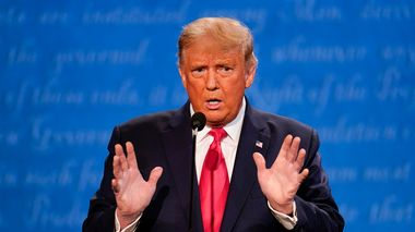 President Donald Trump gestures while speaking during the second and final presidential debate Thursday, Oct. 22, 2020, at Belmont University in Nashville, Tenn. (AP Photo/Julio Cortez)                      (Foto: Julio Cortez)