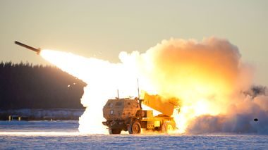 A U.S. Army M142 High Mobility Artillery Rocket Systems (HIMARS) launches ordnance during RED FLAG-Alaska 21-1 at Fort Greely, Alaska, Oct. 22, 2020. This exercise focuses on rapid infiltration and exfiltration to minimize the chance of a counterattack. (U.S. Air Force photo by Senior Airman Beaux Hebert)                       (Foto: Senior Airman Beaux Hebert)