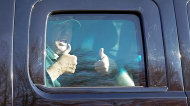 President Donald Trump gives two thumbs up to supporters as he departs after playing golf at the Trump National Golf Club in Sterling Va., Sunday Nov. 8, 2020. (AP Photo/Steve Helber)                       (Foto: Steve Helber)