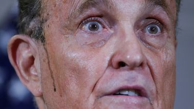 FILE PHOTO: Former New York City Mayor Rudy Giuliani, personal attorney to U.S. President Donald Trump, speaks as sweat runs down his cheek during a news conference about the 2020 U.S. presidential election results held at Republican National Committee headquarters in Washington, U.S., November 19, 2020. REUTERS/Jonathan Ernst/File Photo                       (Foto: Jonathan Ernst)